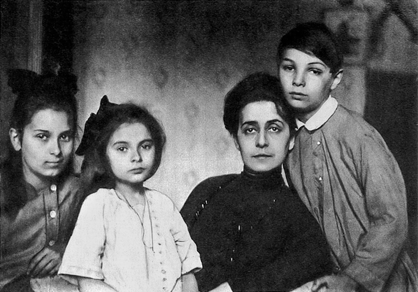 Tatiana de Schloezer with 3 children